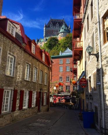 Ruelle avec Château Frontenac en fond